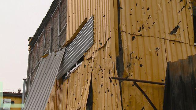 Поврежденное осколками здание хлебозавода в Киевском районе Донецка
