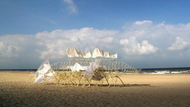DERGİ - Rüzgarda yürüyen iskeletler