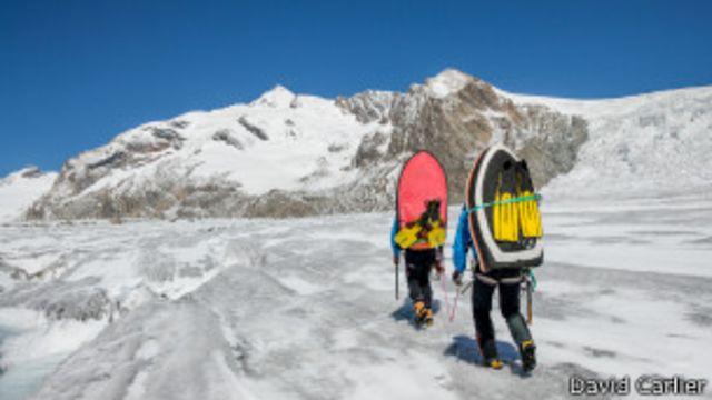 El extremo y riesgoso deporte de surfear glaciares
