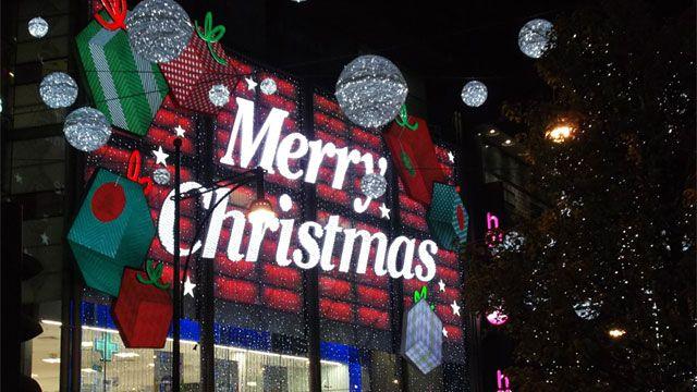 Световая реклама Merry Christmas на здании магазина на лондонской Оксфорд-стрит