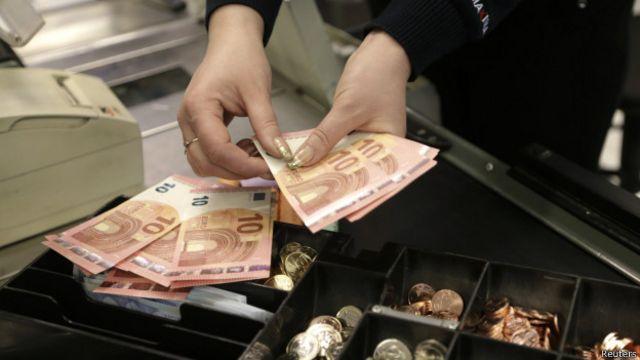 ¿Por qué el dólar le está ganando la batalla al euro?