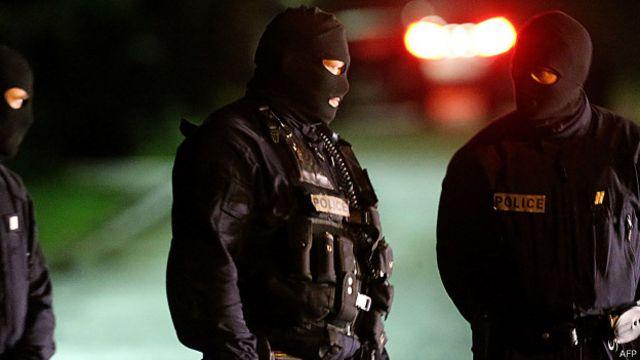 Ataque ao Charlie Hebdo: polícia francesa persegue suspeitos após tiroteio e roubo de carro