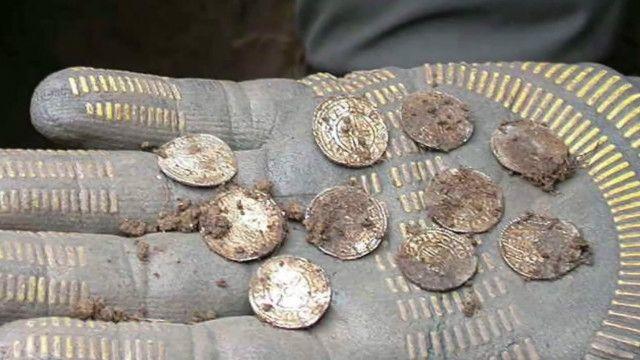ब्रिटेन में खेत में मिले हज़ारों सिक्के