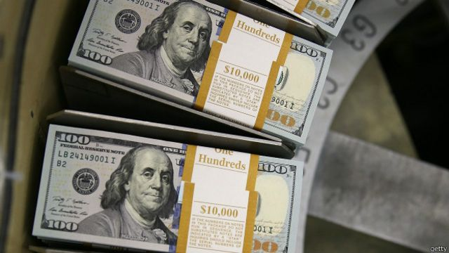 La apuesta riesgosa de aferrarse al dólar como salvavidas de la economía