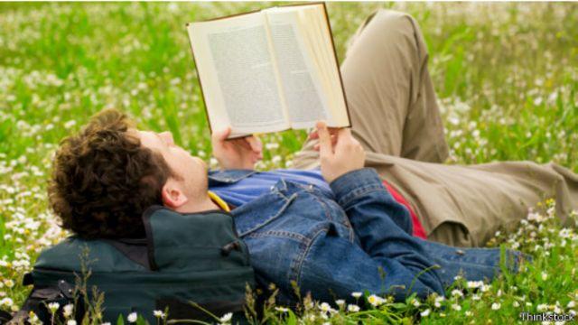 العلاج بالقراءة: كيف تجلب الكتب السعادة؟