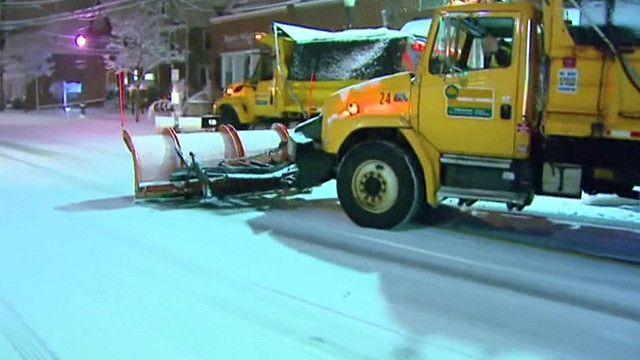 Trator tira neve do caminho em Nova York (BBC)
