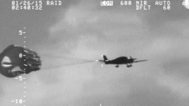 الطائرة أثناء هبوطها بالباراشوت