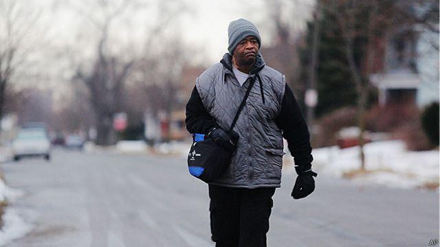 El golpe de suerte del hombre que camina 34 kilómetros para ir a su trabajo