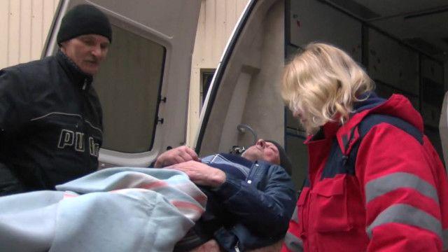 Пострадавший в результате обстрелов в Донецке