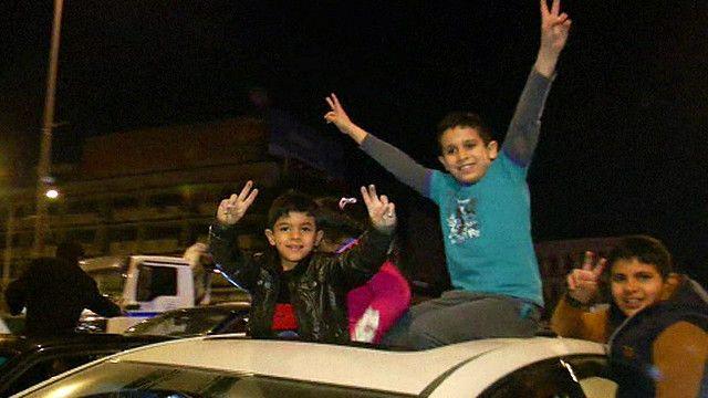 اطفال يرفعون شارة النصر في بغداد
