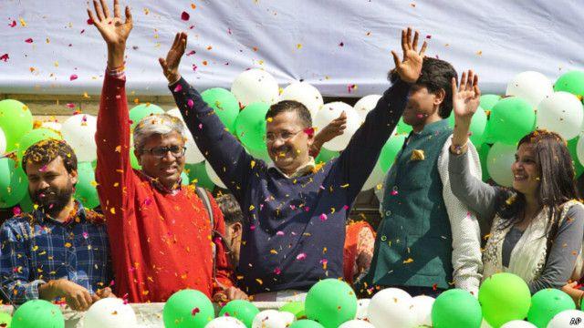 عام آدمی پارٹی کے سربراہ کیجریوال فتح کا جشن منا رہے ہیں