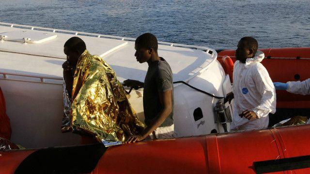 Migrantes llegando en bote a Lampedusa
