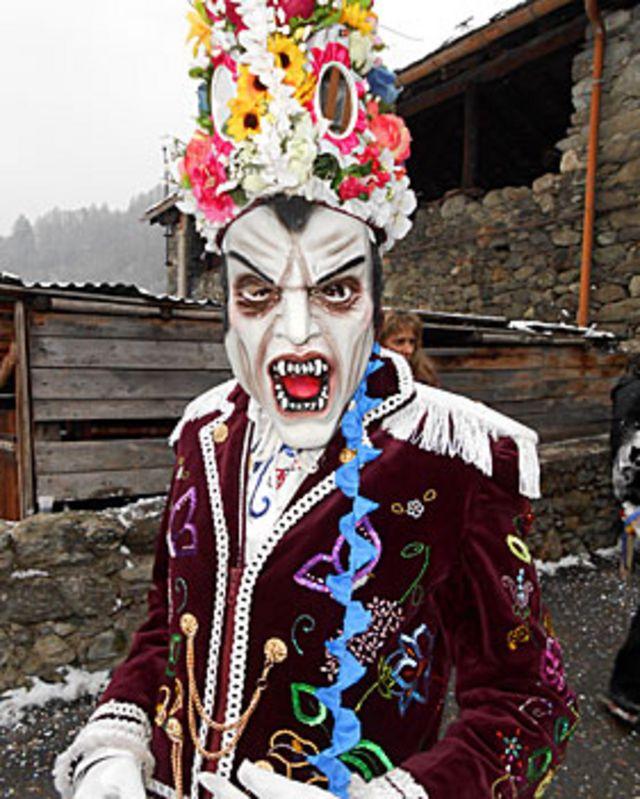 Itália tem carnaval com 'Rei Nhoque' e 'floresta que anda'