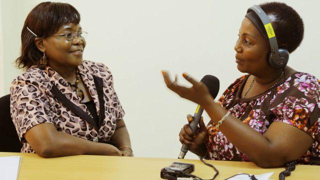 Regina Mziwanda wa BBC akizungumza na mtangazaji wa zamani wa BBC ambaye sasa ni mkurugenzi wa Under The Same Sun