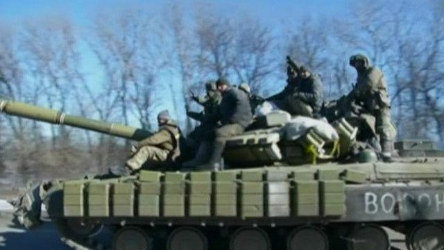 украинские военные отходят из Дебальцево