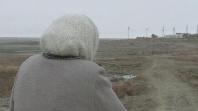 Anciana contemplando lo que queda del mar de Aral