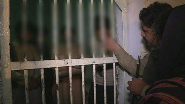 Após prisões, paquistanesa luta para retirar vídeo de estupro coletivo de redes