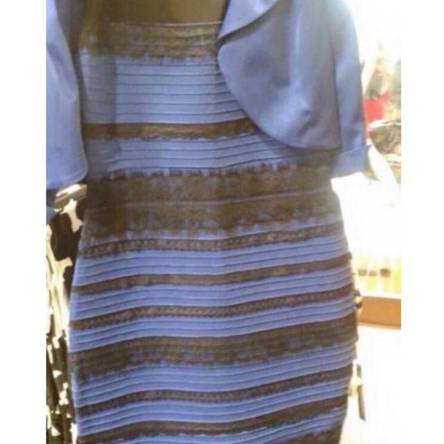 ما هي ألوان هذا الفستان؟