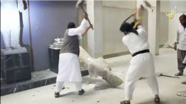 Destrucción de estatuas en el museo de Mosul