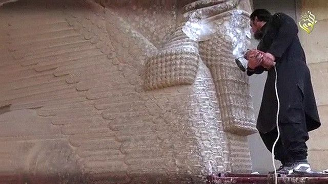 Боевики разрушают статуи