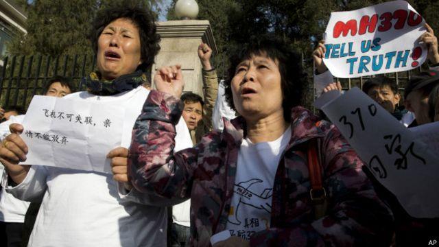 Um ano após sumiço do voo MH370, relatório sobre acidente revolta parentes