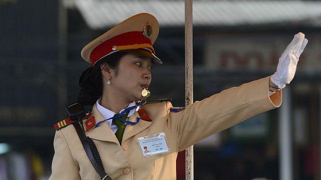 Nữ cảnh sát điều khiển giao thông ở Hà Nội