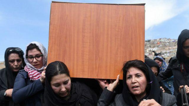 El dramático funeral de la mujer linchada en Afganistán