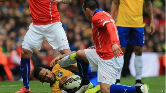Blog do Julio Gomes: Por que, afinal, Neymar apanha tanto?