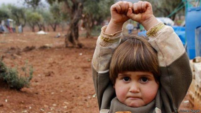 La verdad sobre la imagen viral de la niña refugiada que se rindió