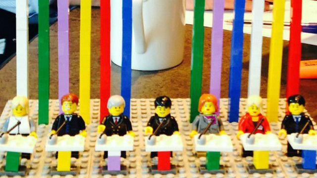 """инсталляция из """"Лего"""", изображающая"""