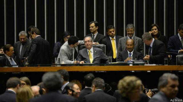 Câmara aprova projeto que regulamenta terceirização; entenda
