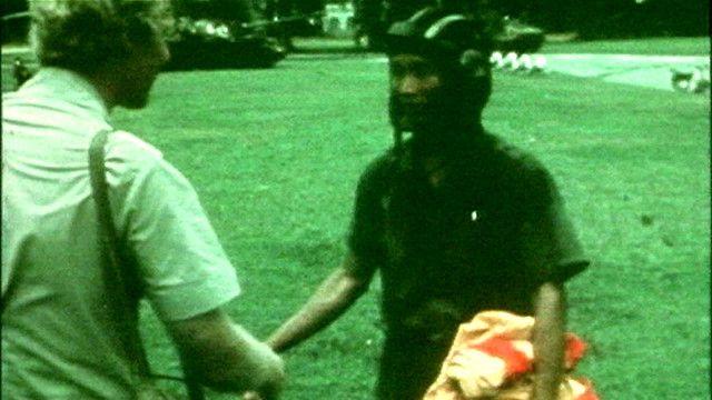 Phóng viên BBC Brian Barron hỏi chuyện một quân nhân miền Bắc tại Sài Gòn ngày 30/4/1975