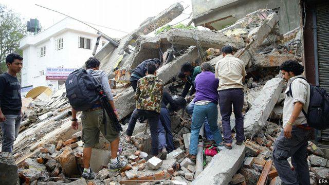 尼泊爾7.9級地震大量建築被毀近千人喪生