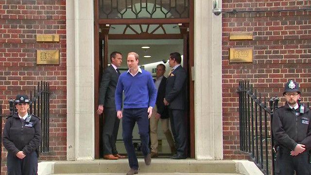 Герцог Кембриджский Уильям выходит из частного крыла больницы Сент-Мэри после рождения дочери