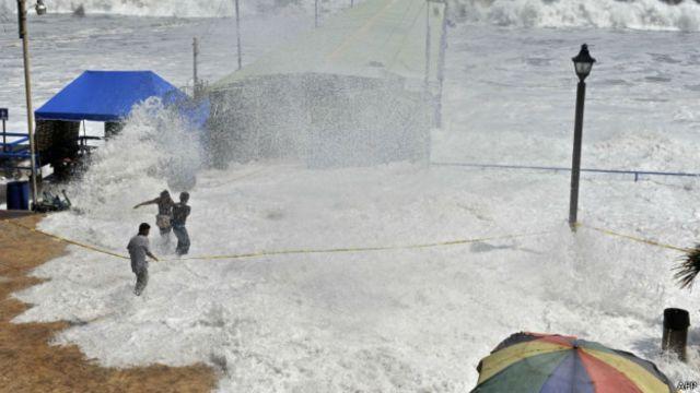 Por qué se están formando olas gigantes desde México hasta Chile
