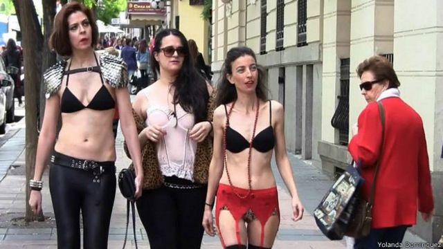 Espanholas saem às ruas de lingerie em protesto contra propaganda de TV
