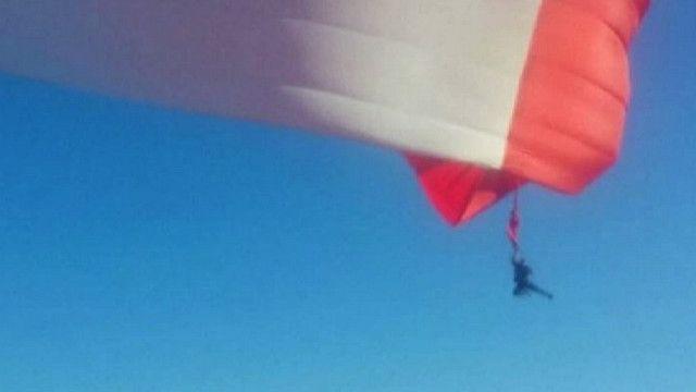 Солдат с флагом в воздухе