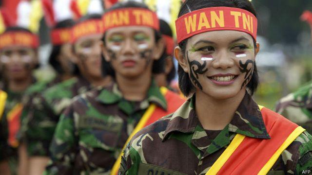 Indonesia: el país donde las reclutas deben ser vírgenes