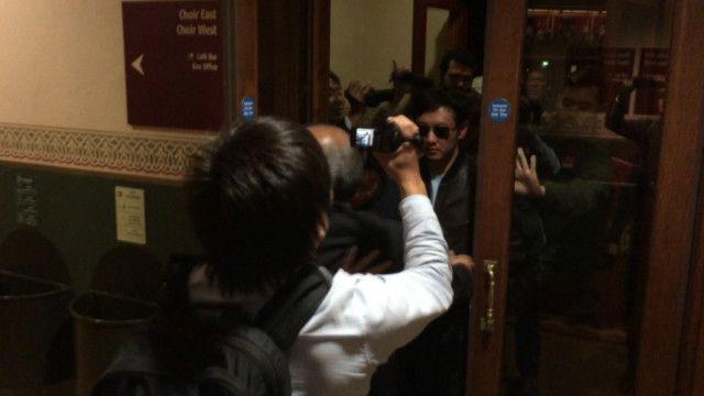 Ông Kim Jong Chul rời buổi hòa nhạc của Eric Clapton ở London