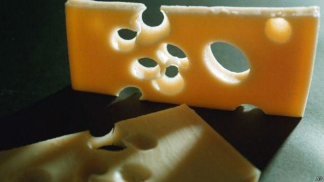 Cientistas dizem ter desvendado origem dos buracos do queijo suíço