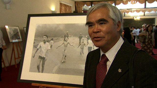 Cựu phóng viên chiến trường của hãng AP, Nick Út, tại triển lãm ảnh chiến tranh Việt Nam ở Hà Nội