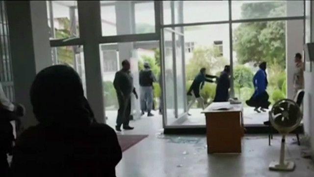 Депутаты афганского парламента покидают здание после нападения талибов