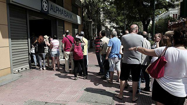 یونان میں ایک اے ٹیم مشین کے باہر جمع لوگ