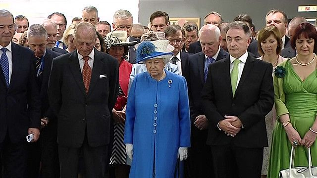 Королева на траурной церемонии
