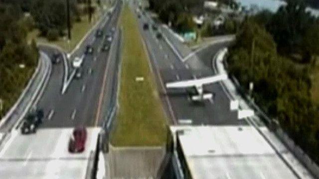 Самолет садится на трассу