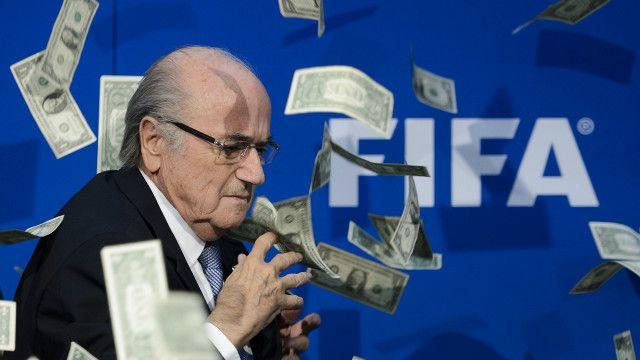 Chủ tịch Fifa, Sepp Blatter, bị ném tiền tại một cuộc họp báo ở Zurich