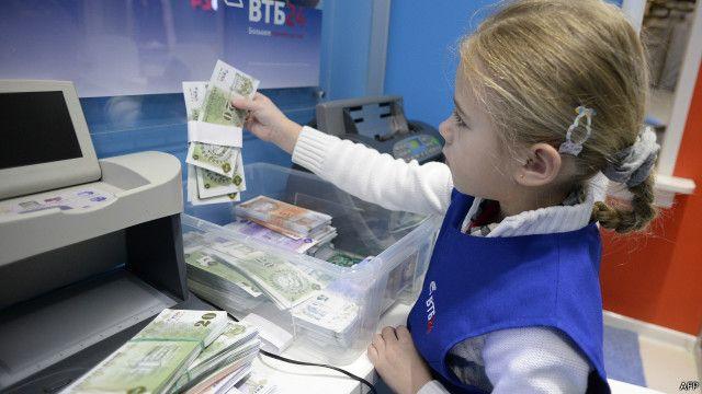 Девочка играет в банкира