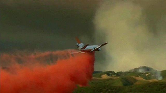 Спасательные службы пытаются остановить лесные пожары в Калифорнии