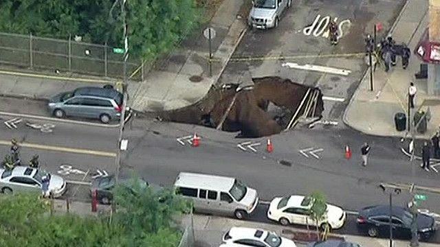 هبوط أرضي يتسبب في ظهور حفرة ضخمة بنيويورك...في 15 ثانية