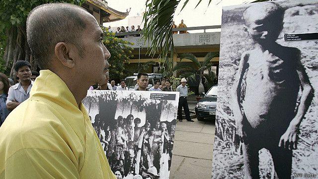 Một nhà sư đang xem ảnh triển lãm về nạn đói năm 1945